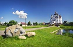 Orthodoxe Transfigurations-Kathedrale auf dem Ufer von Fluss stockbilder
