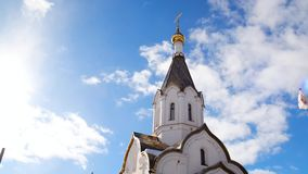 Orthodoxe weiße Kirche auf Hintergrund des blauen Himmels Gesamtl?nge auf Lager Religiöses Thema verbunden mit Orthodoxie und Chr stock video