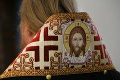 Orthodoxer Bischof betet vor Altar lizenzfreie stockfotos