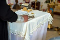 Orthodoxer christlicher Priester führt Ritus durch lizenzfreies stockbild