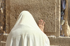 Orthodoxer jüdischer Mann betet an der Westwand Lizenzfreie Stockfotos