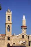 Orthodoxer Kirchenglocketurm nahe bei dem Moscheenminarett, Limassol, Zypern Lizenzfreies Stockbild