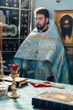 Orthodoxer Priester in der Kirche Stockfoto