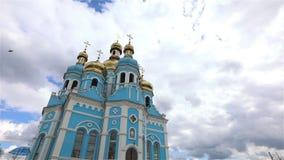 Orthodoxer Tempel, Wolken über dem Tempel, goldene Hauben, Timelapse, Äußeres, eine Ansicht von unterhalb, blauer Tempel, blaue K stock video footage