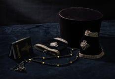 Orthodoxes kanzleimäßiges Kleid, Buch und Gebetkorne Stockfotografie