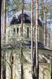Orthodoxes Kirchengebäude im Wald in Irpin, Ukraine stockfotos