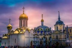 Orthodoxes Kloster in Russland bei Sonnenuntergang mit drastischem Himmel lizenzfreie stockfotos