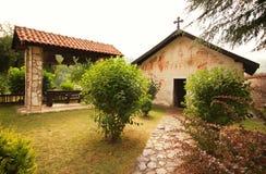 Orthodoxes Kloster und Glockenturm im Garten lizenzfreie stockfotos