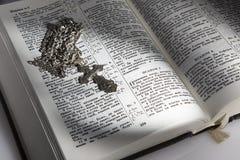Orthodoxes Kreuz auf dem entwickelten Buch Lizenzfreie Stockbilder