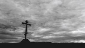 Orthodoxes Kreuz an der Spitze des Hügels mit beweglichen Wolken auf Hintergrund stock video footage