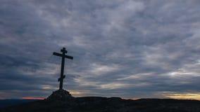 Orthodoxes Kreuz an der Spitze des Hügels mit beweglichen Wolken auf Hintergrund stock video