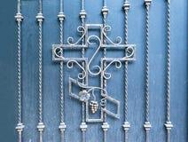 Orthodoxes Kreuz des Vorratfotos geschmiedet im Zaun des christlichen Religionsmusters der Kirche schön lizenzfreies stockbild