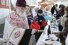 Orthodoxes Priesterspritzen das heilige Wasser Lizenzfreies Stockfoto