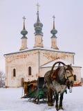 Orthodoxes Russland. Die horsy und alte Kirche lizenzfreie stockfotografie