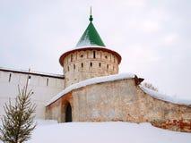 Orthodoxes Russland. Wand und Kontrollturm eines Klosters stockfotografie