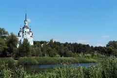 Orthodoxy Christian Church en voetgangersbrug op de rivieroever stock fotografie