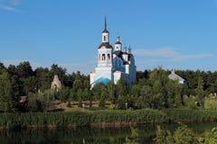 Orthodoxy Christian Church op de rivieroever stock foto's