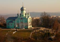 Orthodoxy kerk en kerkhof stock afbeeldingen