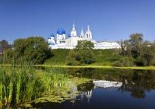 Orthodoxy klooster in Bogolyubovo in de zomerdag. Rusland Stock Fotografie