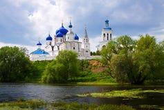 Orthodoxykloster på Bogolyubovo i sommar Arkivbilder
