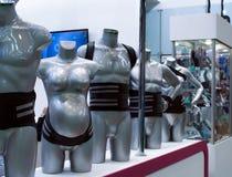 Orthopädische medizinische Korsetts von verschiedenen Funktionen auf Mannequins lizenzfreies stockbild