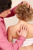 Orthopädischer Chirurg mit einem Patienten in der Behandlung Lizenzfreies Stockbild