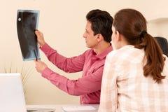 Orthopedische chirurg met een patiënt in behandeling Stock Afbeelding