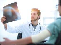 Orthopedist που εξετάζει μια ακτηνογραφία ενός ασθενή Στοκ φωτογραφία με δικαίωμα ελεύθερης χρήσης