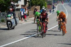 Ortisei,意大利2017年5月25日:小组专业骑自行车者,有在快速的下降期间的达维德的Fromolo, 免版税库存照片