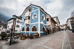 Ortisei, centrum miasta Mieścić barwioną budowę Europa, Włochy Obraz Stock