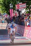 Ortisei, Itália 25 de maio de 2017: Os ciclistas profissionais esgotaram passagens o meta após uma fase dura do montain Fotos de Stock Royalty Free