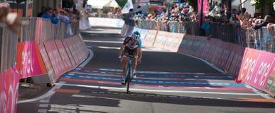 Ortisei, Itália 25 de maio de 2017: Os ciclistas profissionais esgotaram passagens o meta após uma fase dura do montain Imagem de Stock
