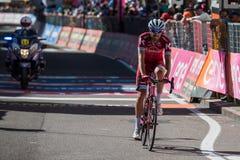 Ortisei, Itália 25 de maio de 2017: Os ciclistas profissionais esgotaram passagens o meta após uma fase dura do montain Imagens de Stock