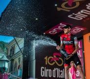 Ortisei, Itália 25 de maio de 2017: Tejay camionete Garderen, equipe de Bmc, comemora no pódio sua vitória Fotografia de Stock