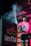 Ortisei, Itália 25 de maio de 2017: Tom Doumulin, no jérsei cor-de-rosa do melhor cavaleiro, no pódio após uma fase dura do monta Foto de Stock Royalty Free