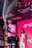 Ortisei, Itália 25 de maio de 2017: Tom Doumulin, no jérsei cor-de-rosa do melhor cavaleiro, no pódio após uma fase dura do monta Fotos de Stock Royalty Free