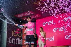 Ortisei, Itália 25 de maio de 2017: Tom Doumulin, no jérsei cor-de-rosa do melhor cavaleiro, no pódio após uma fase dura do monta Foto de Stock