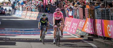 Ortisei Italien Maj 25, 2017: Yrkesmässiga cyklister Vincenzo Nibali, Tom Doumulin, Nairo evakuerade Quintana passerar mållinjen Arkivbild