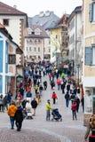 Ortisei, la gente che cammina sulla via nel centro urbano L'Italia Immagine Stock Libera da Diritti