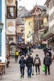 Ortisei, la gente che cammina sulla via nel centro urbano L'Italia Immagine Stock