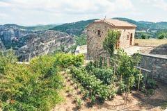 Orto domestico su roccia nel monastero di Meteora Immagine Stock