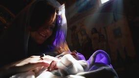 Ortodoks, chrystianizm, kościół Matek spojrzenia jak Uświęcona Maryjna pozycja z sypialnym dzieckiem na jej rękach w kościół zbiory