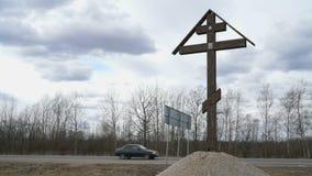 Ortodoksa krzyż instalował blisko drogi zdjęcie wideo