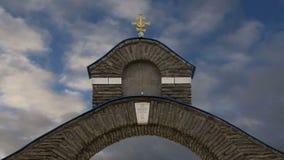 Ortodoksa krzyż przeciw niebu z chmurami zbiory