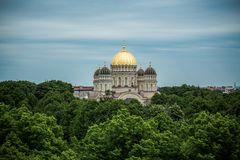 Ortodoksalna Katedralna złota kopuła nad Ryscy miast drzewa obrazy stock