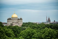 Ortodoksalna Katedralna złota kopuła nad Ryscy miast drzewa Zdjęcia Stock