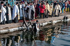 Ortodoksalni chrześcijanie świętują objawienie pańskie z tradycyjnym lodowym dopłynięciem Zdjęcia Stock