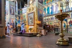 Ortodoksalni chrześcijanie wśrodku wniebowzięcie katedry zdjęcie stock