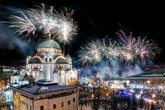 Ortodoksalni nowy rok wigilii świętowania z fajerwerkami nad kościół Świątobliwy Sava przy północą ja zdjęcia stock