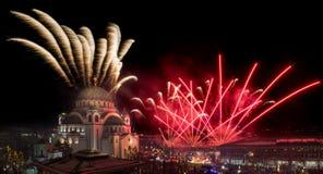 Ortodoksalni nowy rok wigilii świętowania z fajerwerkami nad kościół Świątobliwy Sava przy północą ja obrazy stock